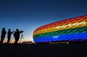 """La UEFA asegura que los colores del arcoíris es un signo de su """"firme compromiso con una sociedad más diversa e inclusiva""""."""