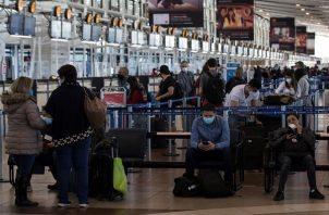 Decenas de viajeros llegan al aeropuerto Arturo Merino Benítez de Santiago (Chile). Foto: EFE