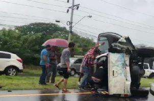 Al lugar acudieron unidades del Cuerpo de Bomberos quienes procedieron a brindarle los primeros auxilios al joven sin embargo el mismo falleció en el lugar del accidente. Foto: José Vásquez