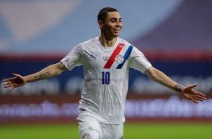 Miguel Almirón, jugador del Newcastle United, anotó el segundo gol de Paraguay desde el punto penal. Foto: EFE