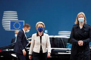 La presidenta de la Comisión Europea, Ursula von der Leyen (c) a su llegada su llegada a la cumbre de los jefes de Estado y de Gobierno de la UE que ha comenzado este jueves en Bruselas. Foto: EFE