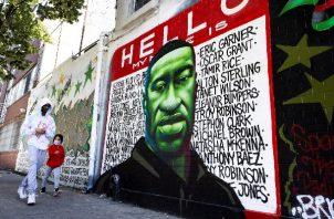 Mural en memoria del afroamericano George Floyd, asesinado por policías de Mineápolis en mayo de 2020, en Brooklyn (NY, EE.UU.). Foto: EFE