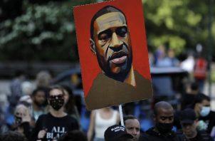 La imagen del afroamericano George Floyd, durante una manifestación que pide justicia por su asesinato. Foto: EFE