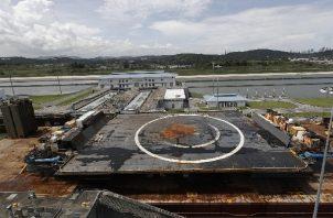 """La plataforma marítima """"Por supuesto que todavía te amo, de la empresa estadounidense SpaceX, cruza el Canal de Panamá. Foto: EFE"""