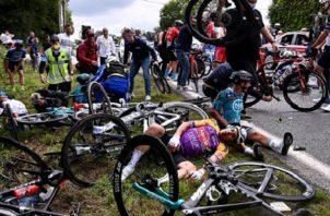 Al menos cuatro ciclistas tuvieron que abandonar el Tour por esta imprudencia. Foto: EFE