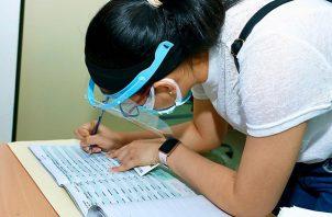 El día de pago, los estudiantes solo deben presentar la cédula. Foto: Cortesía Ifarhu