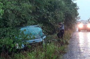El auto sedán del agente Sergio Urriola quedó en una cuneta.