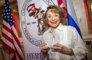 Delia Fiallo mientras recibe el Premio Herencia 2018 que otorga anualmente la organización Herencia Cultural Cubana, en Miami, Florida. Foto: EFE/ Giorgio Viera / Archivo