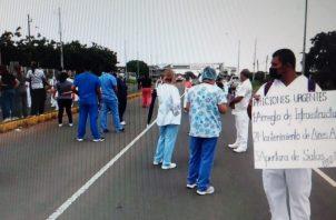 Personal sanitario salió a las calles a protestar por la situación del hospital santeño. Foto: Thays Domínguez