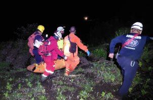Personal de Sinaproc, Bomberos de Bugaba y la ONG Sar Panamá recuperaron el cuerpo de la menor. Foto: Mayra Madrid