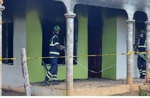Las autoridades judiciales realizaron una reinspección en la casa, en busca de mayores indicios que esclarezcan este lamentable suceso. Foto: Mayra Madrid