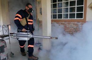 Hoy se realizó un operativo de fumigación en la barriada Princesa Mía. Foto: Eric A. Montenegro