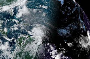 Fotografía cedida este viernes por la Oficina Nacional de Administración Oceánica y Atmosférica (NOAA) de Estados Unidos en la que se registró una imagen satelital de la localización del huracán Elsa en el Atlántico a las 17:20 hora local (21:20 GMT). Foto: EFE
