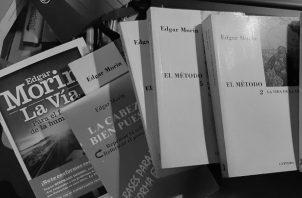Obras de Edgar Morín, considerado uno de los filósofos contemporáneos más brillantes. Foto: Cortesía de Gregorio Urriola Candanedo.
