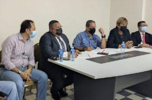 Ministro del Mivi conversa con las autoridades locales de la provincia de Colón. Foto Diomedes Sánchez