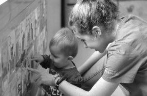 Es importante que los padres estén dispuestos a ayudarles a comprender cómo expresan sus emociones, ser conscientes de sus sentimientos y saber cómo afectan sus relaciones sociales con otros niños. Foto: EFE.