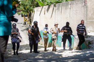 Agentes policiales trabajan cerca de la casa del asesinado presidente haitiano, Jovenel Moise, hoy, en Puerto Príncipe (Haití). Foto: EFE