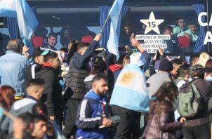 Lionel Messi, capitán de la selección argentina de fútbol, fue registrado este domingo al sonreír, frente a aficionados que lo saludaron fuera del autobús que transporta al equipo, luego de su arribo a Buenos Aires (Argentina) y de ganar la Copa América. Foto: EFE
