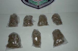 Las autoridades encontraron siete bolsitas con presunta marihuana, en el vehículo en el que viajaba un menor de edad. Foto: José Vásquez