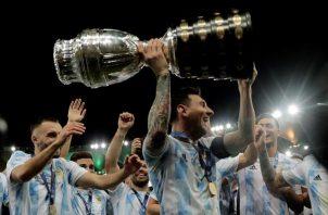 Lionel Messi levanta el título de la Copa América Brasil 2021. Foto: EFE