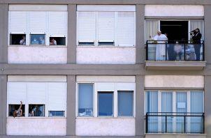 El papa Francisco reapareció hoy desde el balcón de un hospital en Roma, en el que está ingresado desde el pasado domingo tras someterse a una operación de colon. Foto: EFE