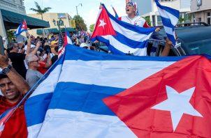 Cubanoamericanos asisten hoy a una manifestación para apoyar a los manifestantes en Cuba, frente al restaurante cubano Versailles en Miami, Florida. Foto: EFE