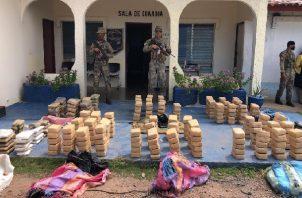 Se contabilizaron ocho bultos que contenían 361 paquetes de sustancia ilícita por determinar. Foto: Cortesía Senan