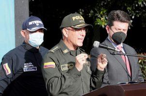 El director de la Policía Nacional de Colombia, general Jorge Luis Vargas (c), habla hoy, durante una conferencia de prensa en la sede la Organización Internacional de Policía Criminal en Bogotá. Foto: EFE