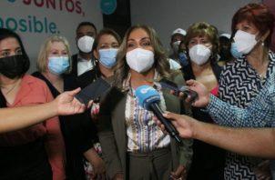 Diputada Yanibel Ábrego, en compañía de sus colegas de Cambio Democrático.