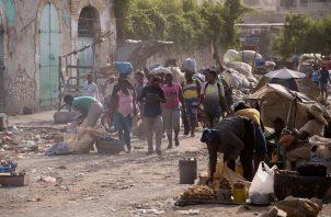 Personas transitan por una avenida del centro de la ciudad en Puerto Príncipe, Haití. Foto: EFE