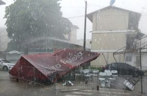 La lluvia fue tan fuerte que derribó una tolda. Foto: Diomedes Sánchez