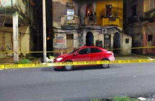 El área donde se encontraba el vehículo fue acordonada por la Policía Nacional para preservar la escena del crimen. Foto: Diomedes Sánchez