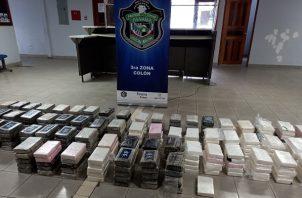 La droga estaba identificada con números como 2020, 96, y las letras R-B, mientras que otros paquetes tenían cinta adhesiva de color chocolate. Foto: Diomedes Sánchez