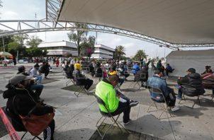 Grupos de personas, en su mayoría jóvenes, esperan para realizarse las pruebas para detectar la covid-19 en la Ciudad de México (México). Foto: EFE