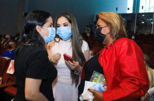 La ministra Castillo (izquierda) y la diputada Zulay Rodríguez (centro) conversan luego de la instalación de la Comisión de la Niñez.