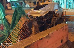 Ariel Patricio chocó el auto contra el jersey que se utiliza para separar los carriles de ida y vuelta. Foto: Thays Domínguez