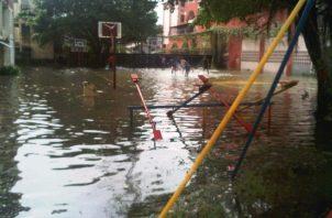 Varias avenidas y calles de la ciudad de Colón se vieron inundadas. Foto: Diómedes Sánchez.