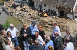 La canciller alemana, Angela Merkel, realizó un recorrido por las áreas afectadas. EFE