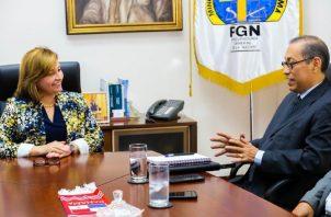 El doctor José Vicente Pachar (derecha) durante una reunión con la exprocuradora Kenia Porcell, cuando el mismo asumió la dirección del Imelcf en 2018.