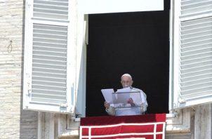 El papa Francisco en el rezo del Ángelus este domingo en el Vaticano. EFE