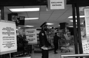 La restricción de entrada por horario y género fue otra alternativa implementada, para que solo pudieran entrar al supermercado las personas que estuvieran cumpliendo con el día y el horario preestablecido. Foto: EFE.