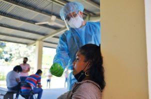 Moradores de San Carlos, en Panamá Oeste, continúan asistiendo al puesto de salud de Las Uvas, para que se les practique pruebas rápidas de covid-19. Foto: Cortesía @CSSPanama