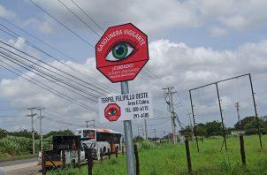 """Letrero de """"Gasolina Vigilante"""", que forma parte del programa de Comercios Vigilantes de la Policía Nacional. Foto/Ana Quinchoa"""