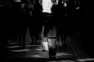 La pandemia ha abierto el compás para darnos cuenta de que, en muchas ocasiones, no tenemos el control, para organizar, planificar y tomar decisiones, cuando nuestras vidas se ven amenazadas por lo desconocido. Foto: EFE.