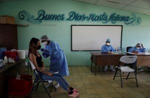 Una mujer recibe una dosis de Pfizer en la escuela José María Torrijos en la ciudad de Panamá. Foto: EFE