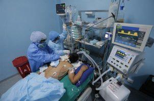 Trabajadores sanitarios atienden a un paciente con covid-19 en una de las Unidades de Cuidados Intensivos del Hospital Alberto Sabogal, en el Callao (Perú). EFE