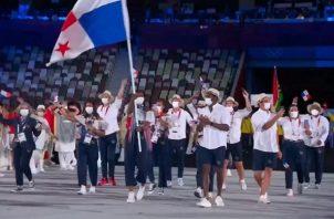 Atheyna Bylon con la bandera nacional en el recorrido de Panamá en la inaguración de los Juegos de Tokio. Foto:Cop