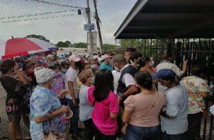 Los ciudadanos acudieron a la Escuela Victoria D'Spinay para vacunarse. Foto: Melibeth González