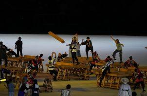 Bailarines en los Juegos Olímpicos de Tokio con la madera. Foto:EFE