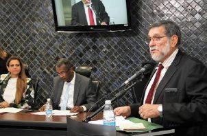 Osman Valdés (derecha), del Tribunal Electoral, explicó en febrero de 2018 los cambios a los diputados, quienes no aceptaron debatirlos. Archivo
